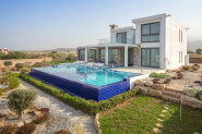 Luxury five-bedroom villa in 100 m from the sea