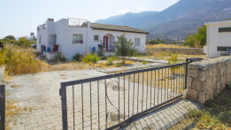 Villa in Karsiyaka for renovation with great mountain veiw