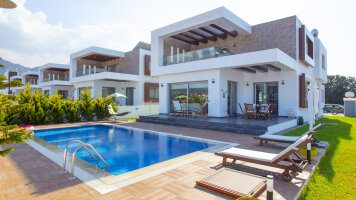 Luxorious 4 bedroom villa 150m away from the beach