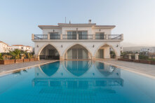 Very spacious villa, 100 m from the sea